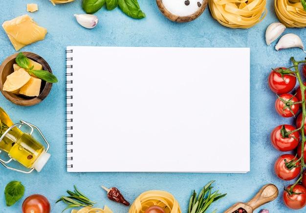 Ingredientes para fideos con verduras y cuaderno