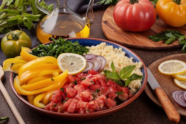 Ingredientes frescos para ensalada con cuscús. concepto saludable de comida halal vegetariana