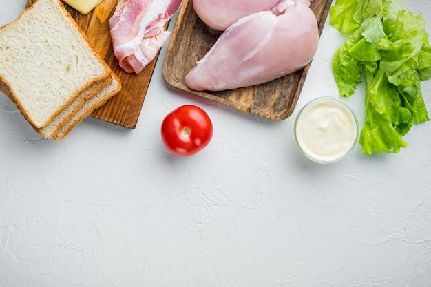 Ingredientes frescos para un sabroso sándwich, sobre fondo blanco con espacio para copiar texto