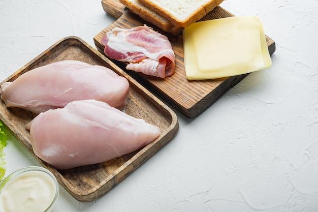 Ingredientes frescos para sabroso sándwich, sobre mesa blanca