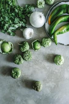 Ingredientes frescos para salsa de tomatillos verdes.
