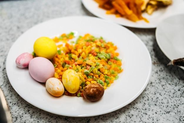 Ingredientes frutos secos con huevos en el plato