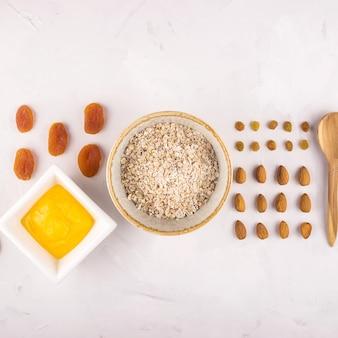 Ingredientes para hacer avena sabrosa y saludable para el desayuno.
