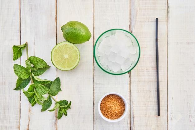 Ingredientes para hacer un mojito. concepto de bebida para el verano.