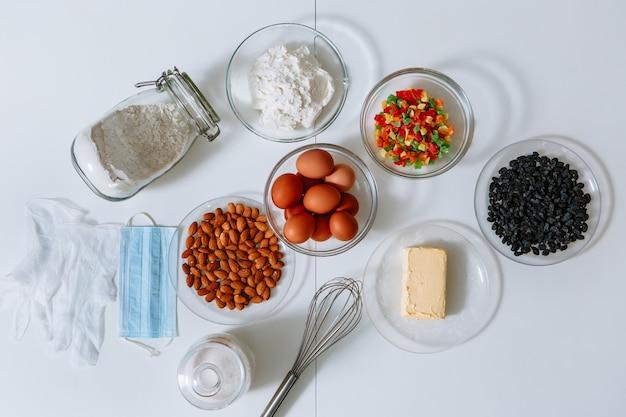 Los ingredientes para hacer un pastel están en la mesa de la cocina.