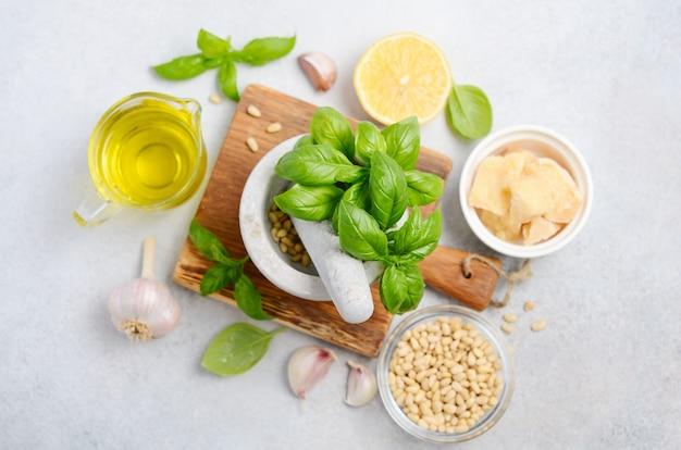 Ingredientes para hacer salsa de pesto verde vista superior endecha plana