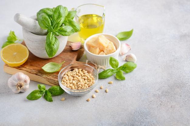 Ingredientes para hacer salsa de pesto verde