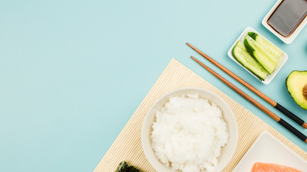 Ingredientes para hacer sushi vistos desde arriba