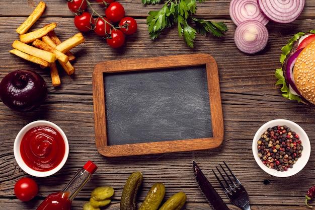 Ingredientes de la hamburguesa de endecha plana con pizarra