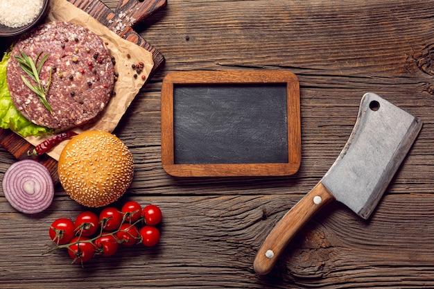 Ingredientes de la hamburguesa vista superior con una pizarra
