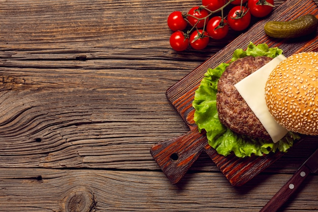 Ingredientes de la hamburguesa vista superior en una tabla de cortar