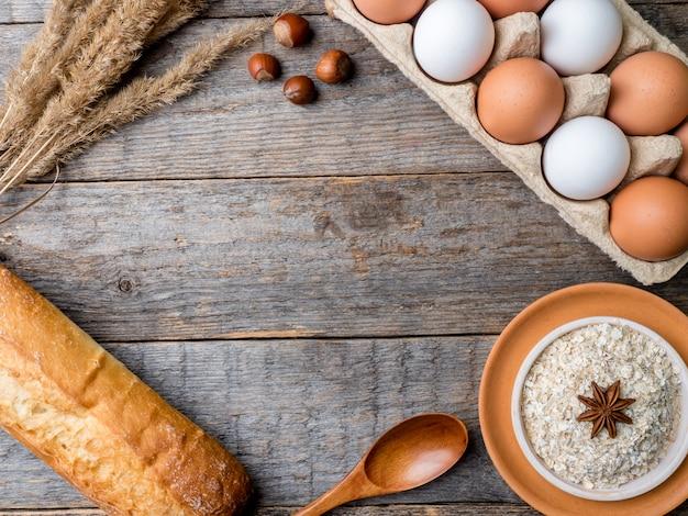 Los ingredientes para la harina de avena del desayuno eggs el fondo de madera rústico de apple del pan.