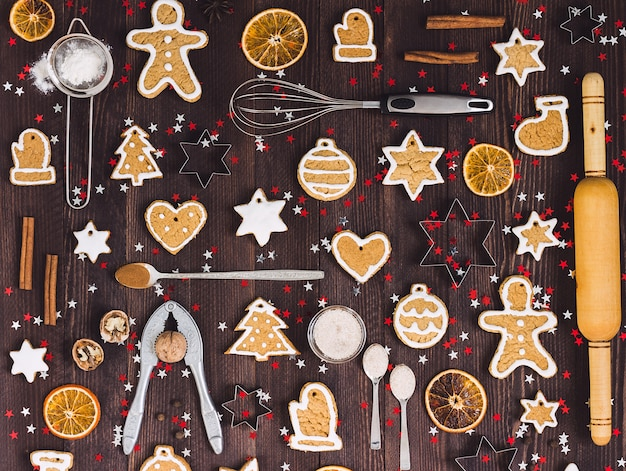 Ingredientes y herramientas para hornear galletas de jengibre navideño.