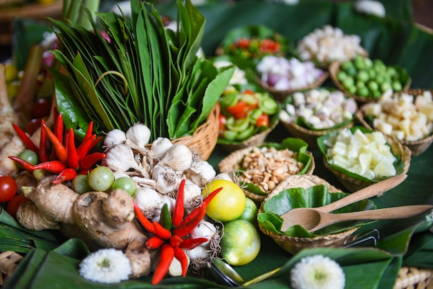 Ingredientes de hierbas y especias sopa picante verduras frescas para tom yu
