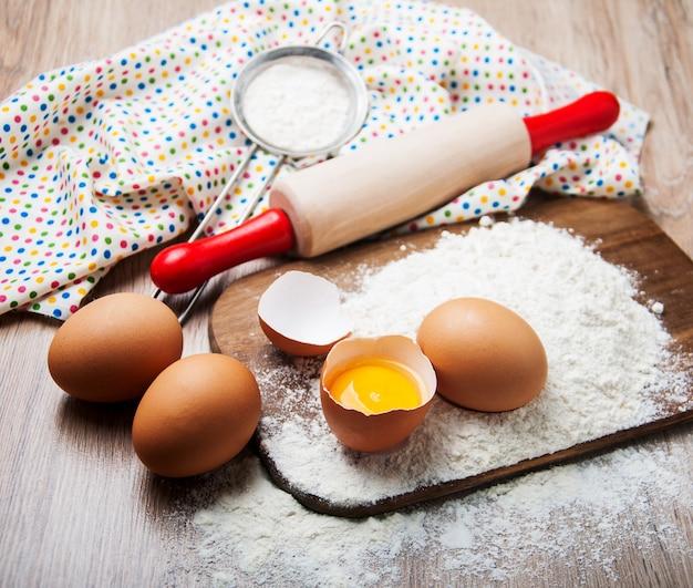 Ingredientes para hornear - harina, huevos y pin