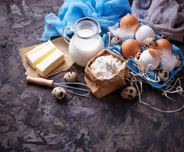 Ingredientes para hornear. leche, mantequilla, huevos, harina. enfoque selectivo