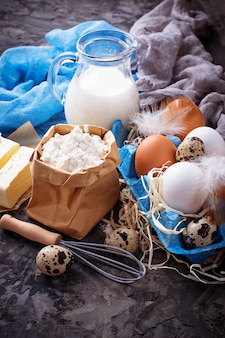 Ingredientes para hornear. leche, mantequilla, huevos, harina.