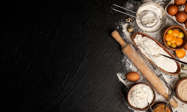 Ingredientes para hornear para masa en la vista superior de fondo negro