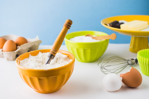 Ingredientes para hornear en la mesa