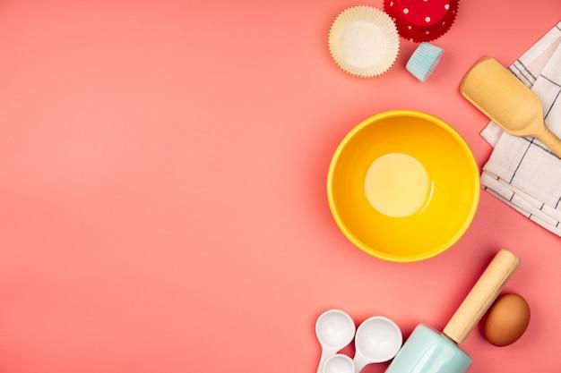 Ingredientes para hornear o cocinar en la mesa de color rosa con copyspace, endecha plana