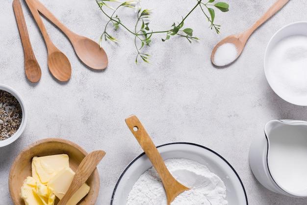 Ingredientes para hornear pan con productos lácteos y semillas