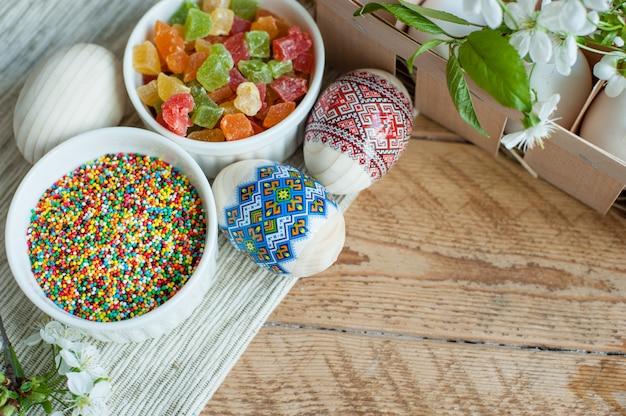 Ingredientes para hornear pastel de pascua sobre fondo de madera