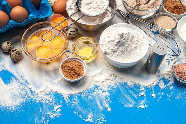 Ingredientes para hornear sobre fondo azul