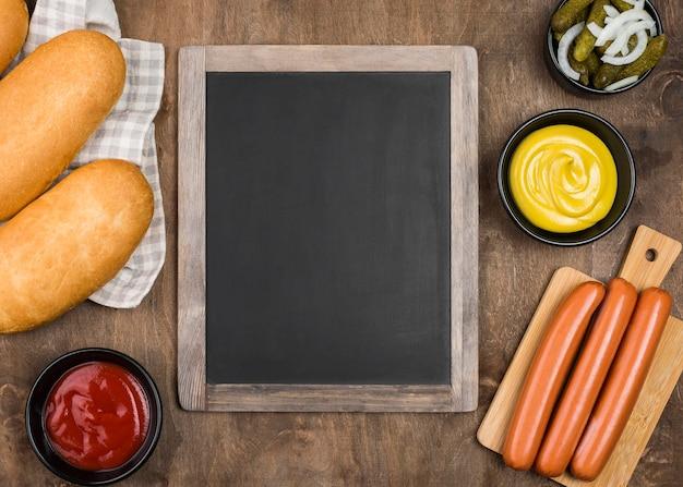 Ingredientes de hot dog sobre fondo de madera