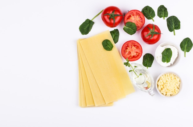 Ingredientes lasaña de espinacas en plano