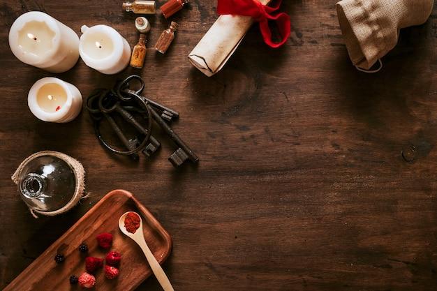 Ingredientes y llaves cerca de velas