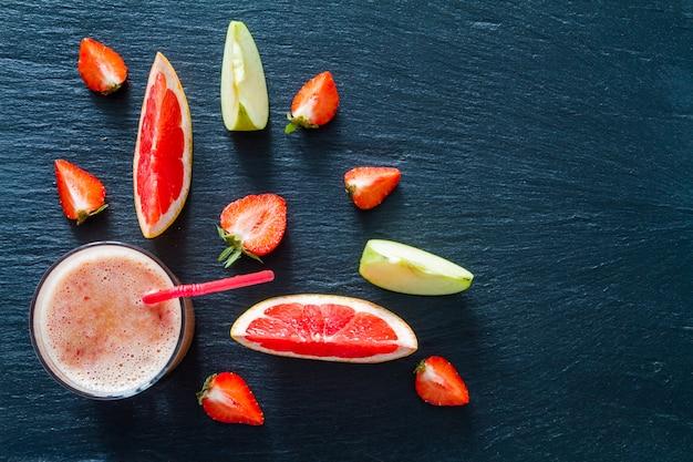 Ingredientes de manzana pomelo y batido de fresa
