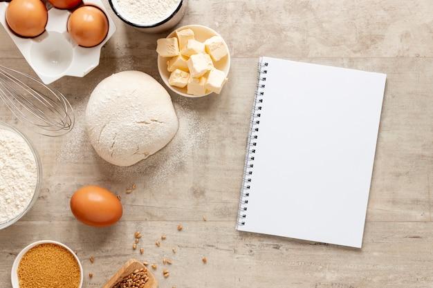 Ingredientes de masa y un cuaderno