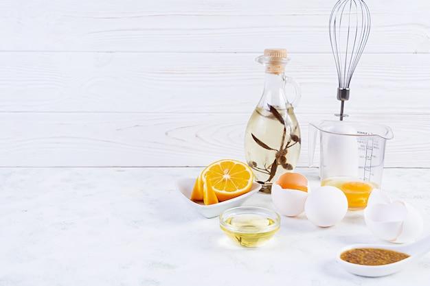 Ingredientes para mayonesa. deliciosa mayonesa casera con ingredientes para salsa. comida casera saludable.