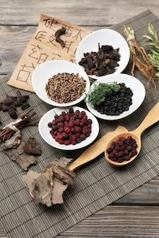 Ingredientes de la medicina herbal china tradicional con jeroglíficos no reales, primer plano