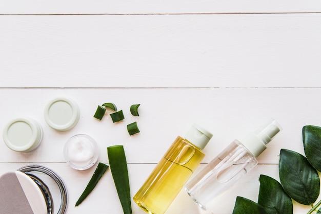 Ingredientes naturales de los balnearios en el fondo de madera blanco