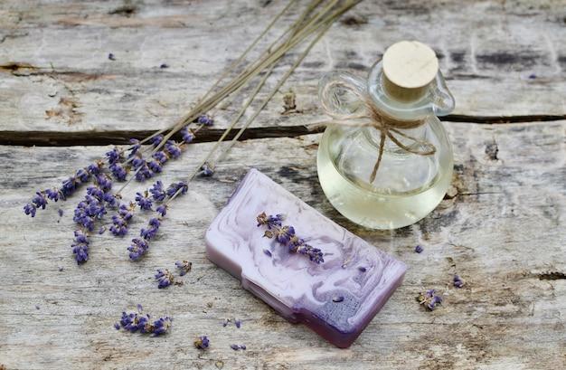 Ingredientes naturales para el concepto de belleza de aceite de jabón de exfoliación corporal de lavanda para el cuerpo casero