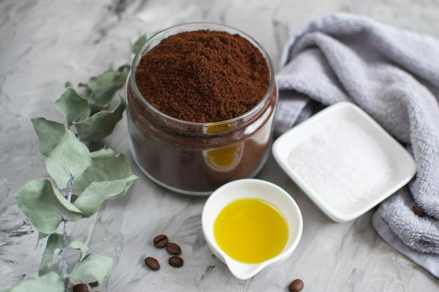 Ingredientes naturales para el cuerpo casero café azúcar sal exfoliante aceite belleza spa concepto cuidado del cuerpo