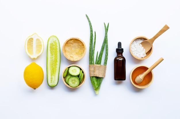 Ingredientes naturales para el cuidado casero de la piel en blanco.