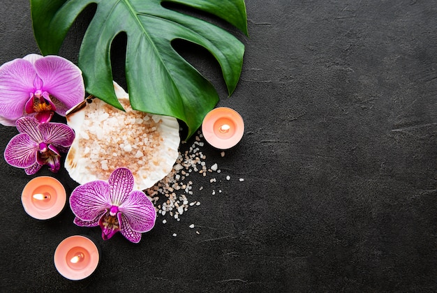 Ingredientes naturales del spa con flores de orquídeas