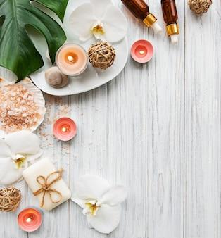 Ingredientes naturales del spa con flores de orquídeas