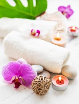 Ingredientes naturales de spa con flores de orquídeas