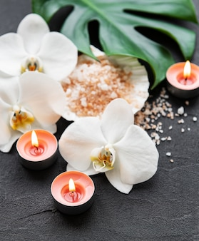 Ingredientes naturales de spa con flores de orquídeas