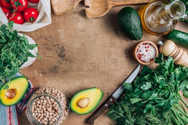 Ingredientes orgánicos frescos para una cocina saludable.
