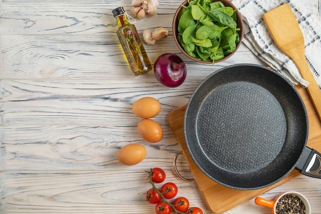 Ingredientes orgánicos frescos en sartén