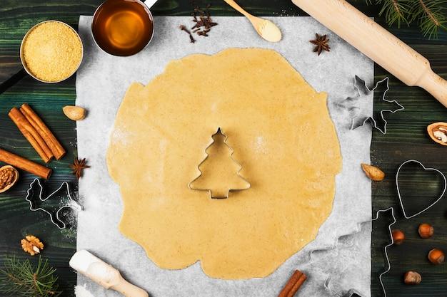 Ingredientes para pan de jengibre de jengibre de navidad con miel y canela sobre madera