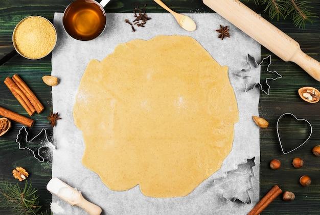 Ingredientes para pan de jengibre de jengibre de navidad con miel y canela sobre una superficie de madera