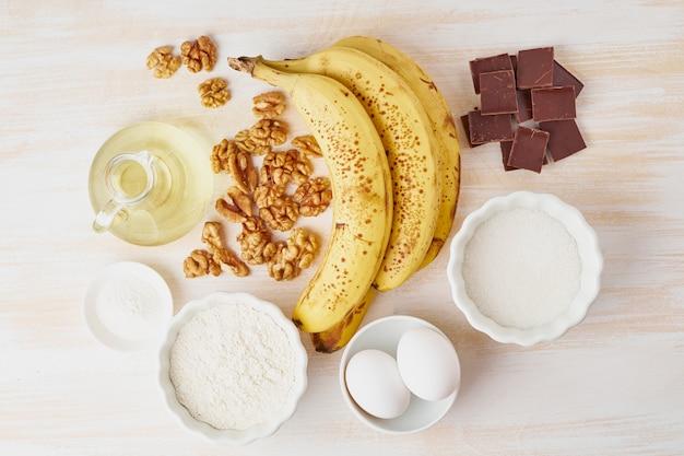 Ingredientes para el pan de plátano. receta paso a paso. plátano, nuez, chocolate, harina, huevo, aceite, azúcar.