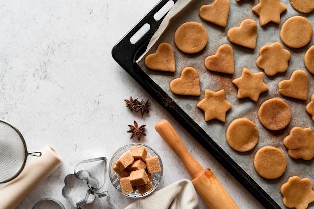 Ingredientes de panadería laicos planos con bandeja para galletas