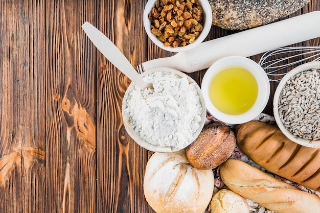 Ingredientes con panes recién horneados en la mesa de madera