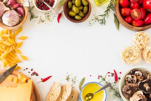 Ingredientes de pasta italiana sobre fondo blanco con espacio para texto